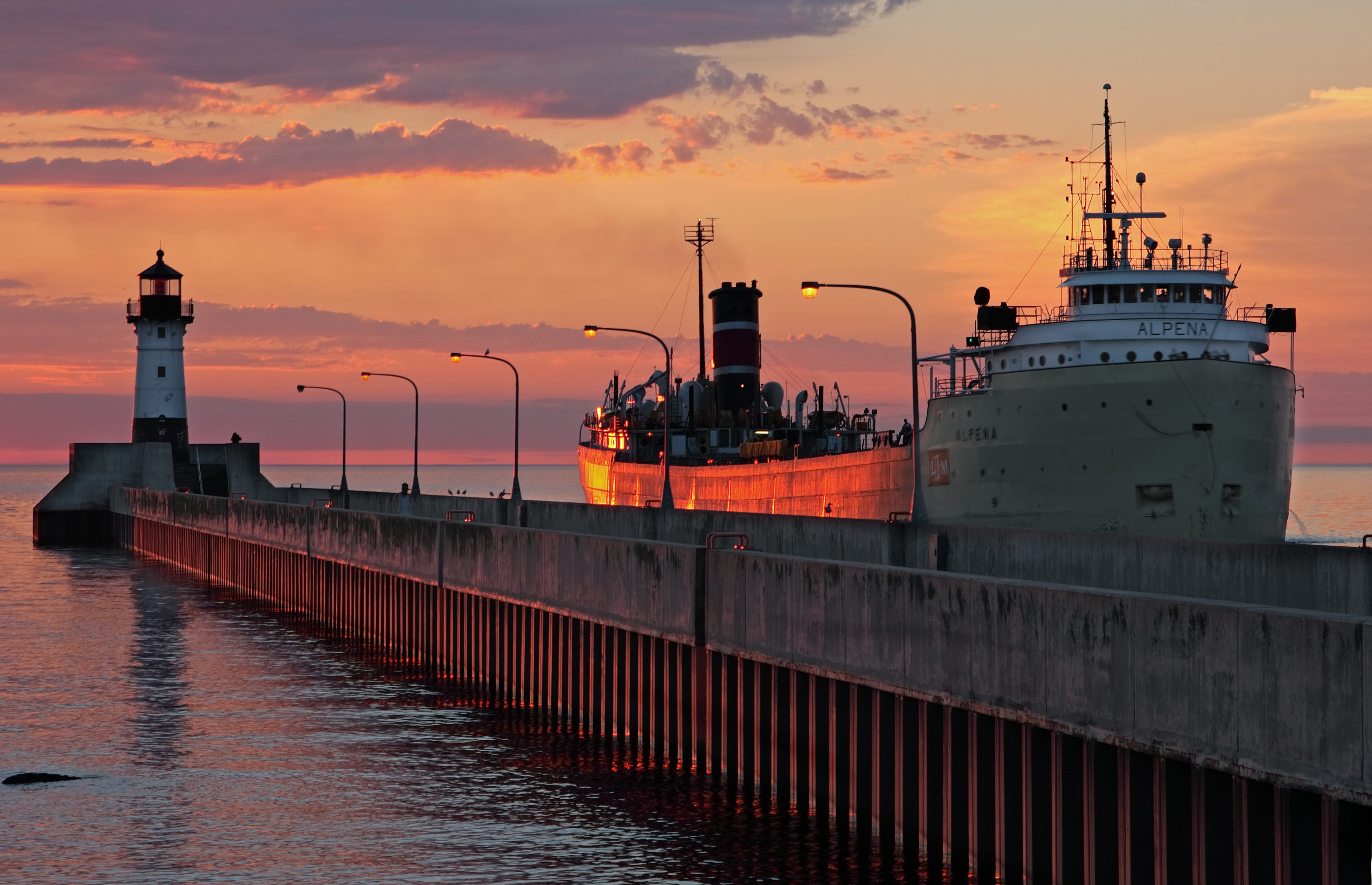 Duluth lighthouse and ship