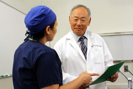 Dr. Tu discusses a case with a UMN oral surgery resident